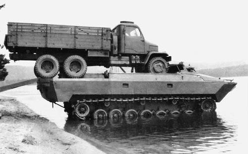 Чехословацкий опытный плавающий транспортёр VOZ на испытаниях