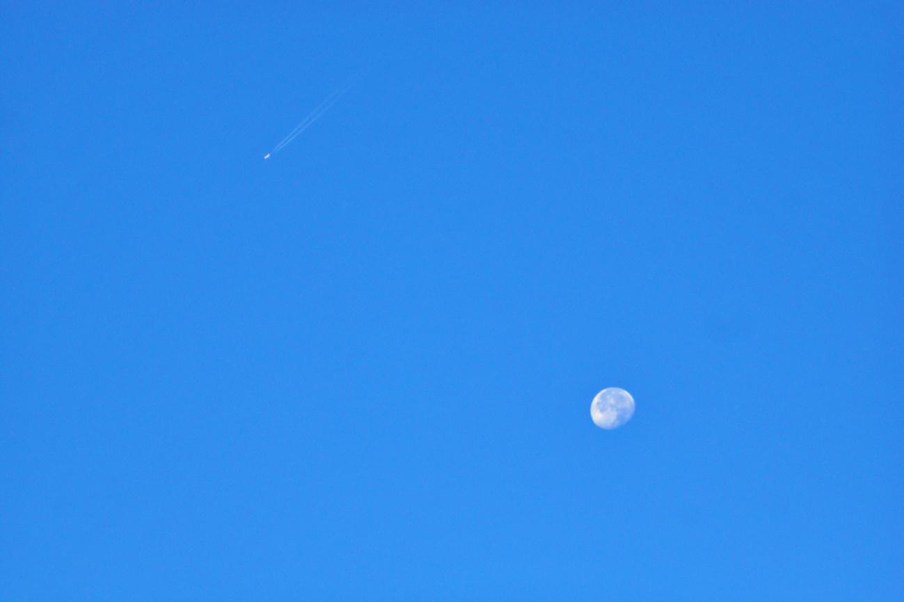Bild der Woche #91 (KW 38/2021) — Mond mit Flugzeug