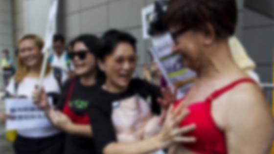 Serang polis guna payudara, wanita ditahan