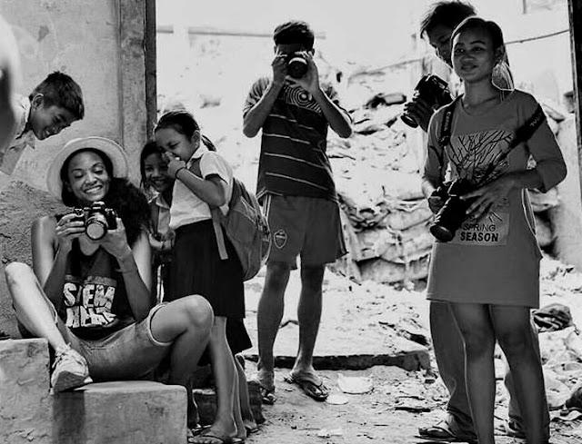 Monica Watkins (à gauche) avec les enfants de Shanty Town Spirit