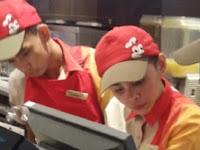 Usai Fotonya Diunggah, Pelayan Ini Langsung Hebohkan Netizen
