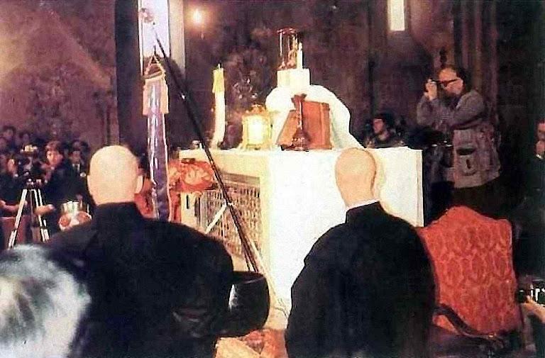 Em encontro ecumênico, ídolo de Buda sobre o sacrário do altar. Assis, 27 de outubro de 1986.