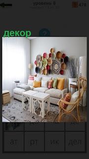 В большой и светлой комнате сделан декор на стенах и диване