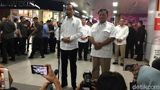 """Prabowo bertemu Jokowi setelah pilpres, media netral, sss konten,Jakarta, Sabtu (13/7/2019) ada hal yang ditunggu-tunggu seluruh rakya Indonesia, yaitu pertemuan tokoh besar di negeri ini mereka adalah kandidat calon presiden 2019 siapa lagi kalau bukan Prabowo dan Jokowi.   sumber: https://akcdn.detik.net.id/community/media/visual/2019/07/13/c7788640-9822-438d-92be-5c3dc4ce6e65_169.jpeg?w=780&q=90  """"Pertemuan saya dengan Pak Prabowo Subianto pagi ini pertemuan seorang sahabat, pertemuan seorang kawan, saudara, yang tentunya sudah kita rencanakan lama, tapi Pak Prabowo Subianto sibuk sering mondar-mandir luar negeri, saya juga gitu dari Jakarta ke daerah, ada juga ke luar, sehingga pertemuan lama yang kita rencanakan belum terlaksana dan pagi ini bertemu dan coba MRT karena saya tahu Pak Prabowo belum coba MRT,"""" kata Jokowi (detik.com)  Pertemuan ini dijadikan ajang untuk menyatukan cebong dan kampret sehingga hanya ada Garuda Pancasila ungkap Jokowi, seperti yang kita ketahui adanya perpecahan dalam masyarakat karena perbedaan pemilihan politik.  """"Hari ini sebagaimana Saudara-saudara saksikan, saya dan Pak Jokowi bertemu di atas MRT, ini juga gagasan beliau,"""" kata Prabowo (detik.com), Prabowo bangga karena Indonesia mempunyai mode transportasi MRT."""