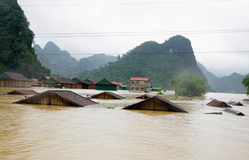 Đảm bảo nước sạch, vệ sinh môi trường, quản lý chất thải y tế trong mùa bão