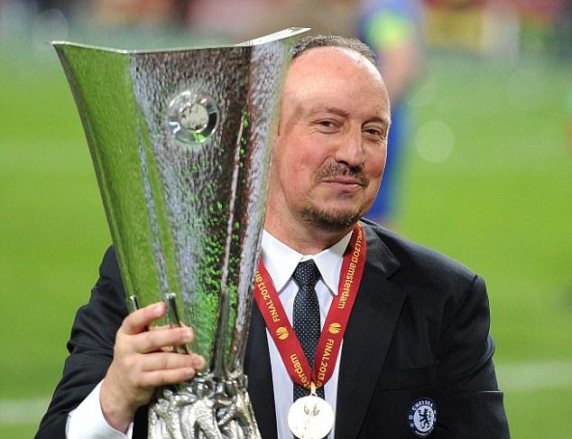 Rafa Benitez membawa tropi Liga Eropa