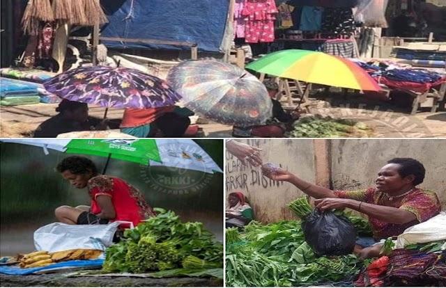 Seorang ibu kaya belanja di pasar