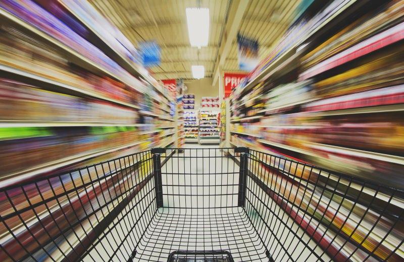 CArro de compras no corredor de um supermercado