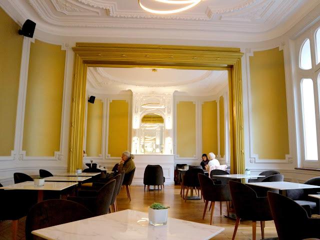 Le salon de thé du Petit Poucet à Amiens et sa salle principal au manger de délicieuses pâtisseries.