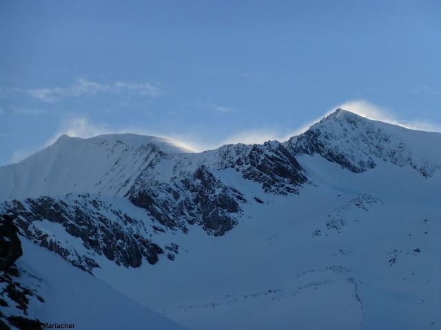 Frischer Triebschnee in großen Höhen. Aufgrund der kalten Temperaturen zumindest kurzfristig ein Thema, vermehrt in kammnahen, sehr steilen Hängen. Großvenediger-Region. (Foto: 26.05.2021)