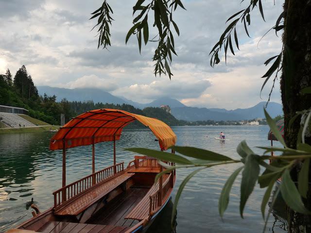 Foto de la Barca de transporte a la isla del lago Bled. Ruta en autocaravana por Eslovenia | caravaneros.com