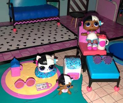 Старшая и младшая сестричка LOL Surprise с питомцем из набора кукольный дом 85 сюрпризов