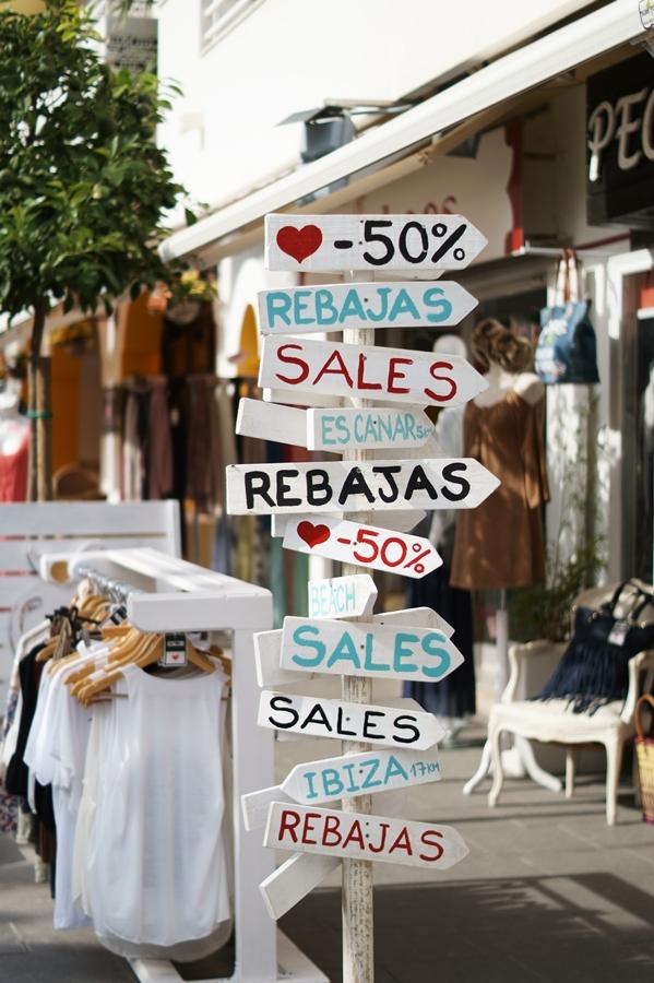 Blog + Fotografie by it's me! - Reisen - La Isla Blanca Ibiza, Santa Eularia - Schilderwald in der Ladenstraße