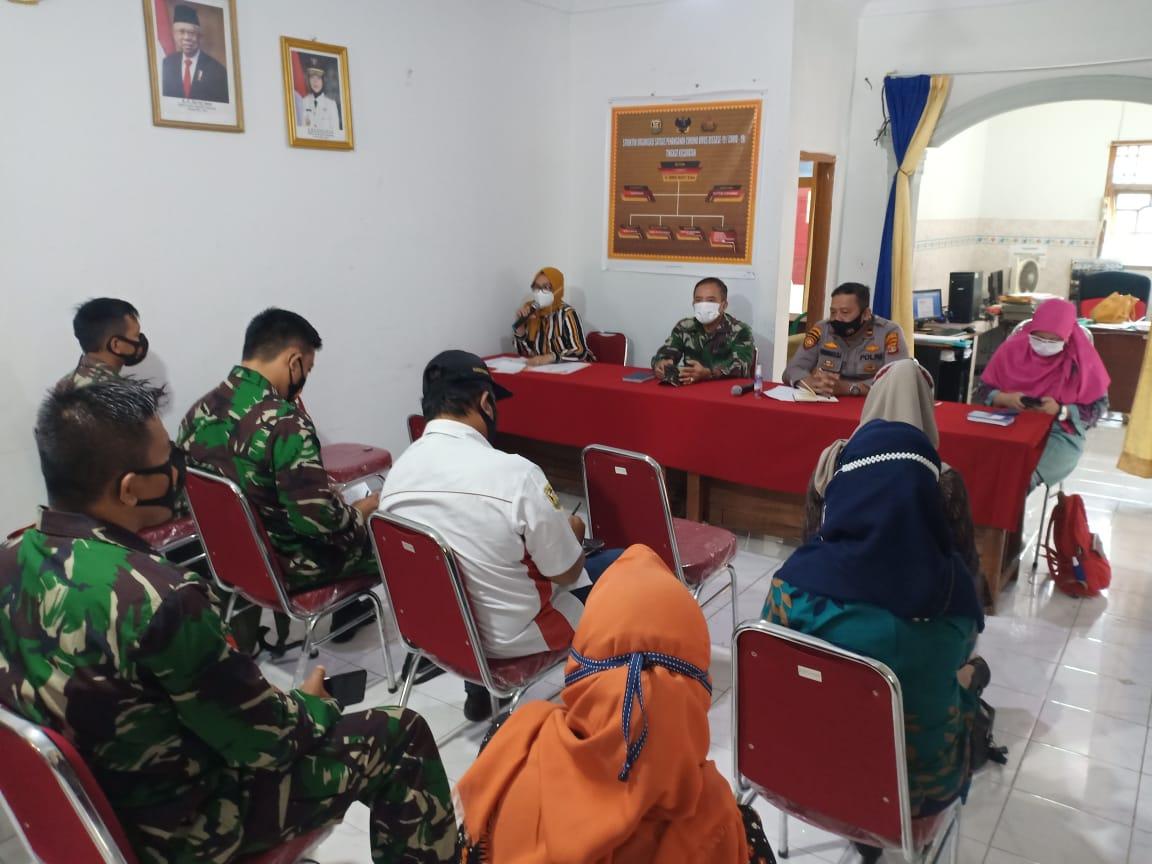 Danramil 410-04TKT Kodim 0410KBL Mayor Inf Sutoto menghadiri kegiatan rapat PPKM berbasis Mikro dan pembentukan Gugus Tugas Covid-19 tingkat Kelurahan se-kecamatan Tanjung Karang Timur (TKT)