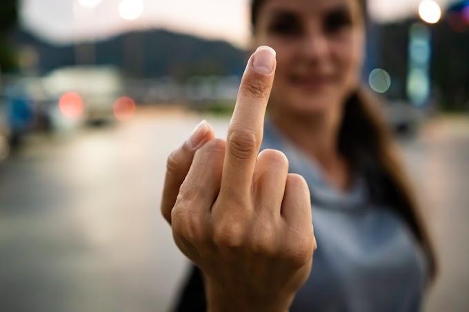 Orta Parmak İşareti Nereden Geliyor? Orta Parmağın Kökeni ve Anlamı