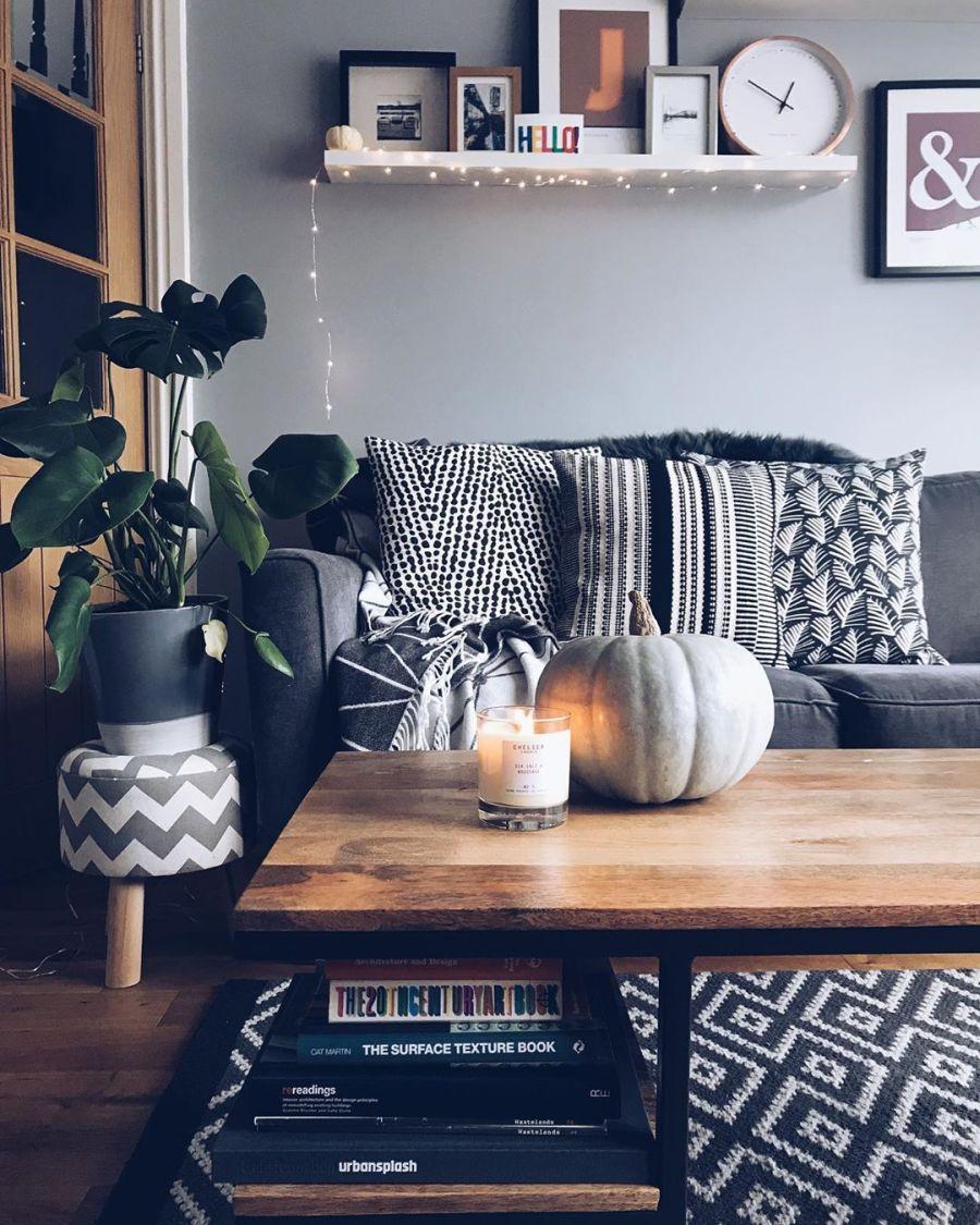Przytulne mieszkanie urządzone w myśl filozofii hygge, wystrój wnętrz, wnętrza, urządzanie domu, dekoracje wnętrz, aranżacja wnętrz, inspiracje wnętrz,interior design , dom i wnętrze, aranżacja mieszkania, modne wnętrza, hygge, styl skandynawski, Scandinavian style, salon, pokój dzienny, living room, stolik kawowy, kanapa, sofa