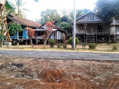 Rumah panggung di Telaga