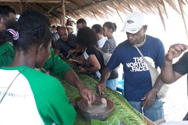 Lestarikan Budaya, Warga Kampung Abar Gelar Festival Makan Papeda Dalam Gerabah