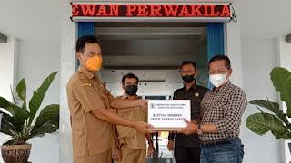 Melalui Wakil Ketua, DPRD Kapuas Hulu Serahkan Bantuan Untuk Korban Banjir
