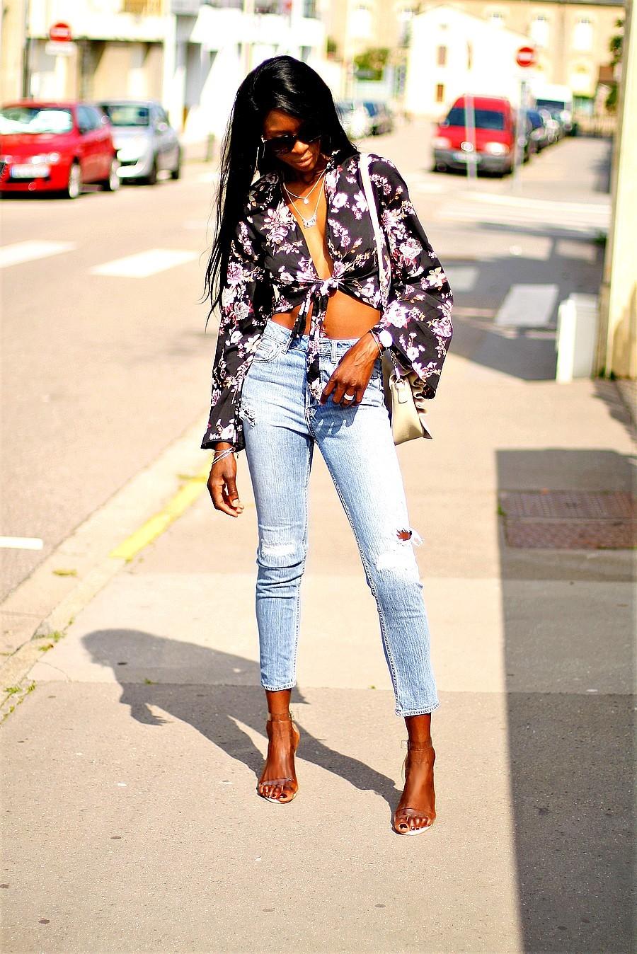 blouse-imprime-floral-crop-top-nouer-mom-jeans-sandales-transparentes