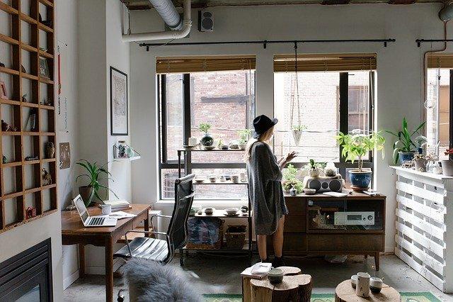 mulher em seu escritório em casa mexendo no celular