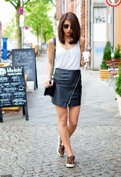Saia de couro, blusa branca e tênis de oncinha
