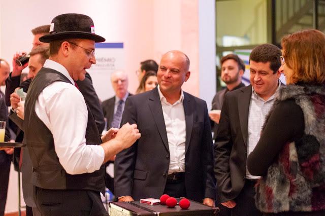 Atração Mágico interagindo com os convidados durante coquetel de relacionamento de evento de premiação Abigraf em São Paulo.