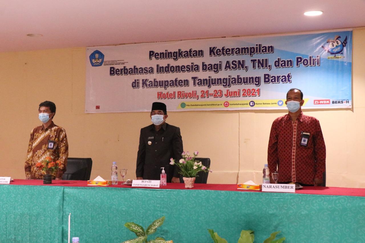 Bupati Tanjab Barat Hadir dan Meresmikan Acara Peningkatan Berbahasa Indonesia Bagi TNI/POLRI dan ASN Tanjab Barat