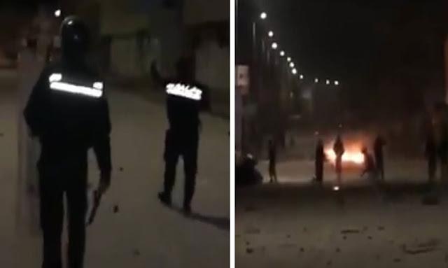 """تونس /  بالفيديو ... الأمن يطلب من المحتجين عدم تخريب البلاد : """"يا لولاد صليو عالنبي راهي بلادكم استحفظوا عليها...""""!!"""