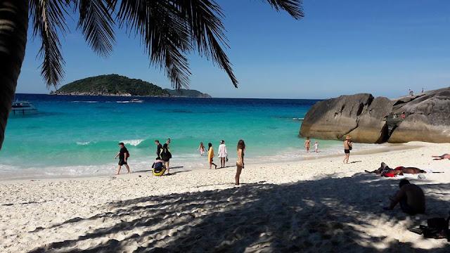 หาดหน้า ตั้งอยู่ด้านหน้าเกาะสี่(เกาะเมี่ยง) มีหาดทรายขาวสะอาด น้ำทะเลใส เหมาะที่จะเล่นน้ำ บริเวณหาดอาจไม่เงียบสงาบมากนักเนื่องจากมีเรือหางยาวที่รับ-ส่งนักท่องเที่ยวไปเกาะต่างๆ มีเรือหางยาวพาไปจุดดำน้ำตื้นดูปะการังสามารถติดต่อได้ที่ศูนย์บริการนักท่องเที่ยว และยังมีเส้นทางเดินไปชมพระอาทิตย์ตก