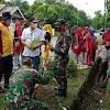 Polsek Galsel, Koramil Bersinergi Pemerintah Kecamatan Lakukan Kerja Bakti Dengan Menanam Pohon