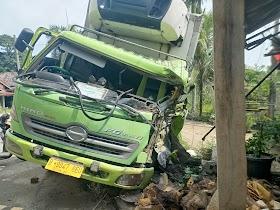 Truck Fuso Pengangkut Sosis Tabrak Teras Rumah Warga Berembang