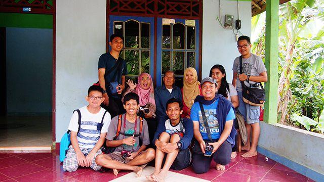 Foto bersama Mbah Redjo Dimulyo, juru kunci Kampung Pitu Nglanggeran