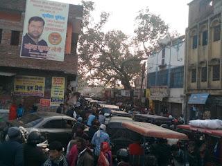 संडीला सदर बाजार रेलवे क्रॉसिंग ब्रिज ना होने की वजह से ट्रैफिक जाम की समस्या से जूझ रहे लोग