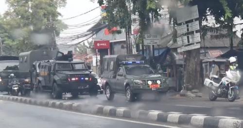 Bunyikan Sirene, Begini Penampakan Pasukan Khusus TNI 'Unjuk Kekuatan' di Depan Markas FPI