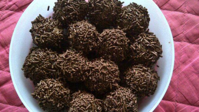 Cara Membuat Bola Bola Coklat dari Biskuit Marie Di Rumah