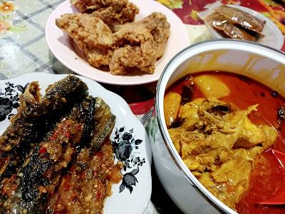 Lunch Dengan Kari Ayam Dan Keli Goreng Berlada