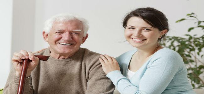 mulher jovem com homem idoso