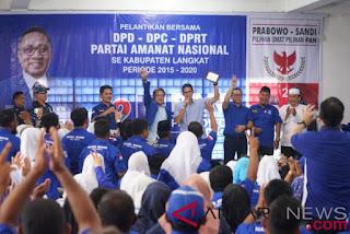 Calon wakil presiden nomor urut 02 Sandiaga Salahuddin Uno saat mengisi acara konsolidasi Partai Amanat Nasional (PAN) di Gedung Nasional Langkat, Sumatera Utara, Minggu (11/11/2018).