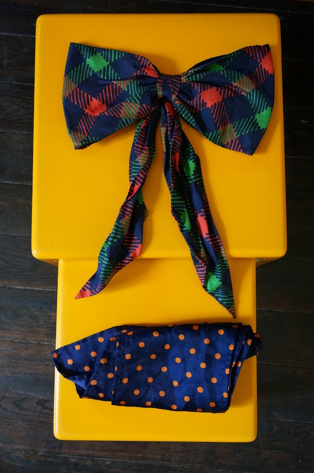 noeud et un foulard à pois  checked silk bow 1960s 60s 1970s 70s blue  orange polka dot scarf