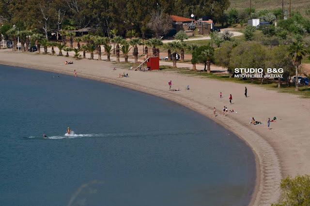 Με μπάνιο στη θάλασσα ξορκίζουν τον κορωνοϊό στο Ναύπλιο