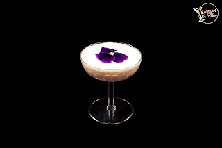 cocteles con crema de whisky barman in red