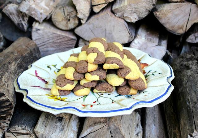 Biscotti intrecciati bicolore o abbracci