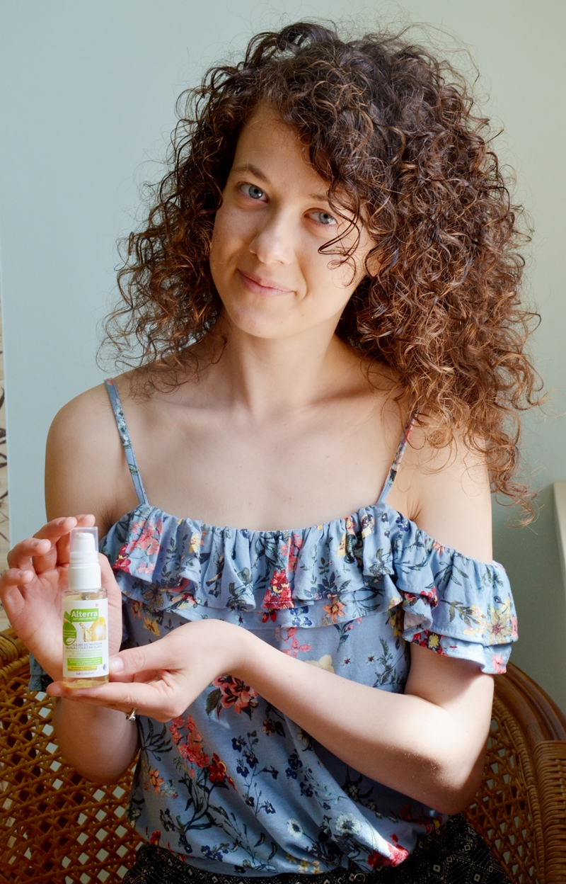 Kręcone włosy, loki, pielęgnacja włosów kręconych, jak dbać o włosy kręcone, podkreślenie skrętu loków, skręt, odżywka, końcówki