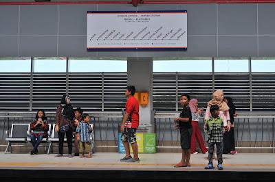 menunggu LRT tiba