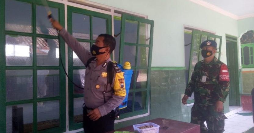 Hari Libur, Petugas PPKM Mikro Bukateja Semprot Disinfektan di Pemukiman dan Tempat Ibadah