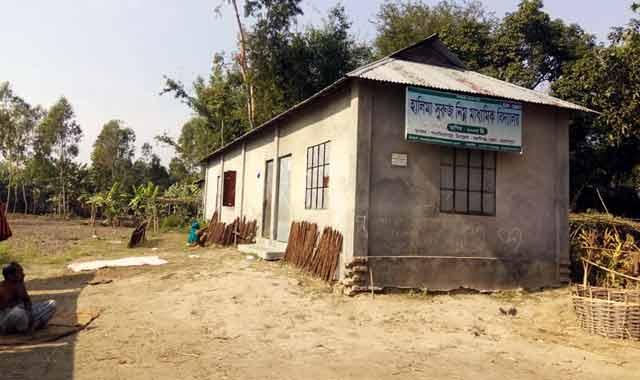 বকশীগঞ্জে অভিনব কায়দায় সরকারী বই বন্ধ স্কুলের নামে তোলে বিক্রি