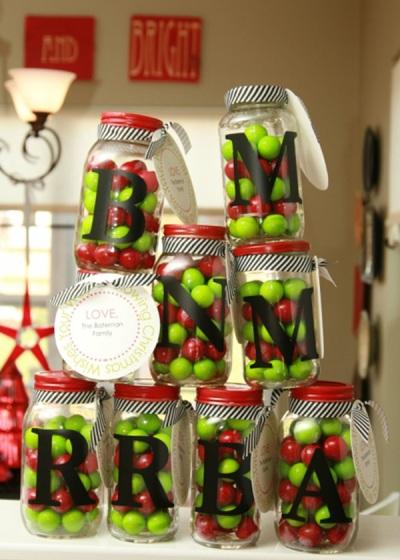 Masukkan permen coklat ke dalam toples, lalu hias toples dengan pita dan label. Hadiah yang simple dan menarik untuk anak-anak.