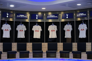 قميص توتنهام الجديد 2022 فى غرفة ملابس الفريق