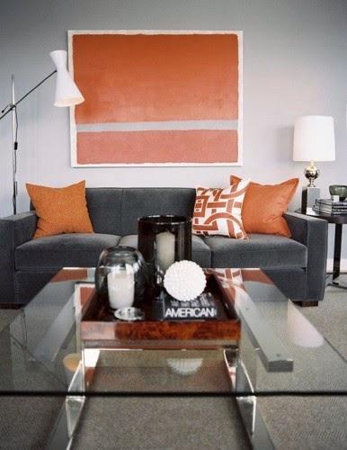 Sala decorada con naranja y gris